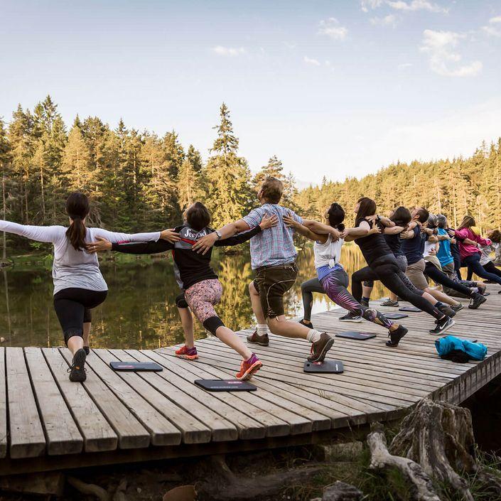 Yogagruppe am See